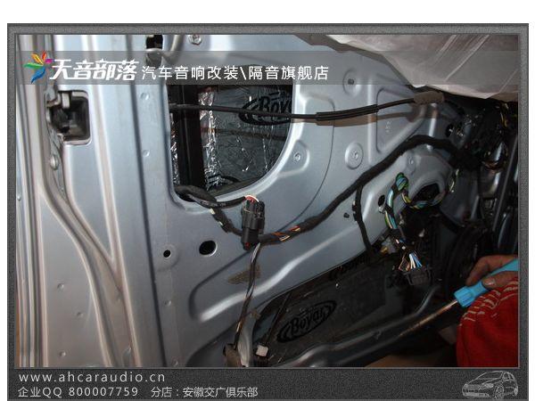 车门内层隔音完成(第一层隔音)  博亚产品耐候性超强(可承受190度温差)  博亚顶级隔音止振王特点: 高效阻隔通过车身钣金传入的噪音,大幅衰减车身部位产生的振动,从根源上抑制噪音产生,有效提升空调制冷制热效率强化车身面板的刚性和强度,安全性能得到提升大尺寸的产品设计考虑到了多种车型不同部位施工的需求,最合适的形状和规格可以确保博亚产品在尽可能大的车身面积上发挥作用,同时兼顾了产品的完整性、美观性和施工的操控性。 博亚产品耐候性超强(可承受190度温差) 车门采用双层隔音、使得音响效果有了明显提升