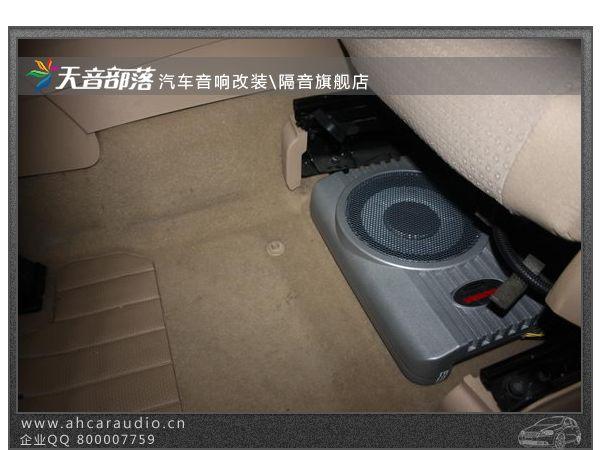 悍马超薄有源低音炮平躺在驾驶座底下